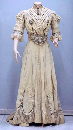 Afternoon dress ca. 1900. Bodice & skirt in fine white wool with satin and velvet applications. Museo Histórico Nacional, Chile, via Surdoc.cl