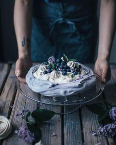 """21.5 χιλ. """"Μου αρέσει!"""", 199 σχόλια - Our Food Stories (@_foodstories_) στο Instagram: """"Wouldn't mind a piece of this delicious blueberry pavlova, topped with mint and blueberry powder …"""""""