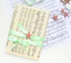 Le Paquet: Embalagens criativas para livros * wrapping books with music sheets