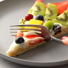 This simple fruit pizza is beautiful and delicious! A soft sugar cookie crust with a cream cheese frosting and topped with sliced fruit. # no bake Desserts Fruit Pizza Easy Fruit Pizza, Sugar Cookie Fruit Pizza, Pizza Food, Pizza Pizza, Food Food, Fruit Pizza Frosting, Pizza Snacks, Veggie Pizza, Food Bank
