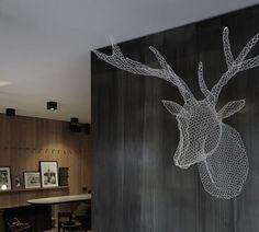 Pon una cabeza de ciervo para decorar las paredes de tu hogar