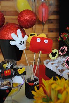 Peças feitas em feltro para enfeitar a mesa do bolo desse aniversário de dois anos de menino com o tema Mickey