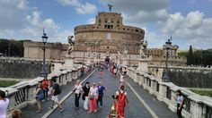 El Castell de Sant'Angelo és un monument romà situat a la riba dreta del riu Tíber, davant de pont Aelius, a poca distància de la Ciutat del Vaticà. Iniciat per l'emperador Adrià l'any 135 per ser el seu mausoleu personal i familiar, va ser acabat per Antonino Pío al 139. La fotografia està dividida en dues parts, l'inferior consta d'un punt de fuga central i la superior trenca amb l'anterior per la seva horitzontalitat.