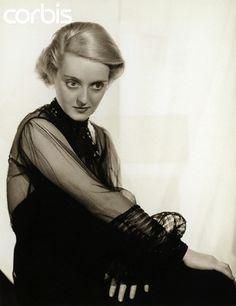 Con ustedes.. Bette Davis. (Lowell, Massachusetts; 5 de abril de 1908 – Neuilly, Francia; 6 de octubre de 1989), pseudónimo de Ruth Elizabeth Davis, fue una actriz de teatro, cine y televisión estadounidense; Se le considera uno de los principales...