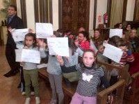 Niños y padres del barrio de Los Bloques se han manifestado esta tarde durante la celebración del Pleno del Ayuntamiento de Zamora.