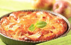 Sponge cake topped with sliced apples , Apple Slices, Apple Pie, Cake Toppings, Sponge Cake, Quiche, Curry, Favorite Recipes, Baking, Breakfast