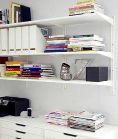 ALGOT Regal bestehend aus ALGOT Regalböden, ALGOT Konsolen ud ALGOT Wandschienen in Weiß; darunter ALEX Schubladenelemente mit Rollen in Weiß