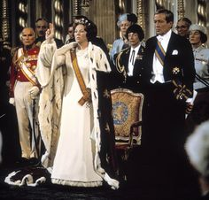 Inauguration of Queen Beatrix 30 April 1980. Dutch monarchs have never been physically crowned. During royal inaugurations, the crown, sceptre and orb are displayed on a table in the Nieuwe Kerk in Amsterdam, where the inaugurations take place. The Gonfalon of State and Sword of State are carried in the royal procession from Dam Palace to the Church and are held on either side of the royal dais in the Church during the swearing in.