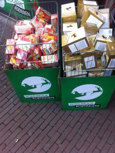 Thee van pickwick in een doos buiten voor de winkel. Niet professioneel gedaan en zeker ook niet aantrekkelijk om te kopen, in de AH staat het er mooier bij.