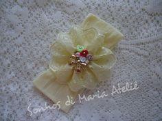 Faixa na meia de seda amarela, bordado inglês amarelinho, rococós, strass swarovisk e laço dourado. R$ 16,00