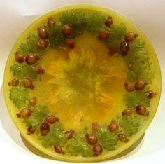 Amalric WALTER (1870-1959), assiette en pâte de verre à la couronne de groseilles à maquereau. Diamètre : 21,5 cm.