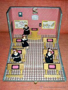 Colegio Escuela con muñecas en terracota, España, posible Denia, original años 40. 1ª época.