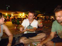 O Night Market que só abre de sexta a domingo, em Ph, p, Camboja. Lá além de roupas e souvenirs você também encontra noodles e espetinhos de tudo quanto é coisa: asinha de frango, carne, lula, camarão… A graça é pegar uns espetinhos e comer nas esteiras do chão.