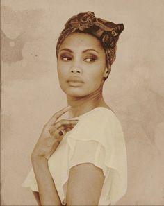 Conseils de mode pour mettre, porter et Attacher son foulard comme Imany sur la tête dans les cheveux. La coiffure de la chanteuse Soul Imany.