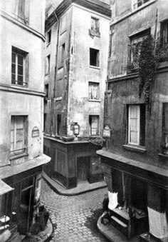 Paris 1886. Photographe : Atget.Carrefour de la petite Truanderie.