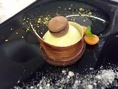 Profumo del mediterraneo: Cremoso al pistacchio con cuore croccante di cioccolato e nuvola all'arancio con piccolo macaron al cacao