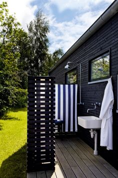 Outdoor Bathrooms 27021666489086347 - outdoor shower/bathroom – I'll have to tell B we need one so everyone doesnt have to traipse through the house wet from our awesome lazy river. 🙂 Source by mathieucervety Outdoor Sinks, Outdoor Bathrooms, Outdoor Showers, Outdoor Spaces, Outdoor Living, Outdoor Decor, Outdoor Ideas, One Storey House, Privacy Screen Outdoor