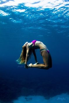 Camel pose underwater, how gorge is this photo seriously!