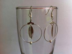 Boucles d oreilles acier chirurgical , créole avec breloque feuille et perle diamantée : Boucles d'oreille par nessymatriochka