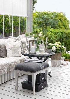 Monochromattyczne arranzacje na tarasie i balkonie,biało-szare dekoracje na tarasie,aranzacja tarasu w biało-0szarych kolorach,szary kolor w arabżacji tarasu,naturalna zieleń i bniałe kwiaty,białe inspiracje balkonowe,białe kwiaty na balkonie