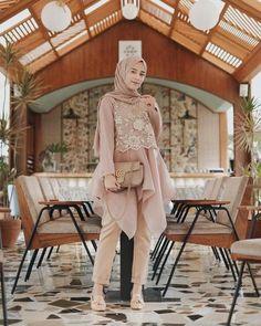 Nama barang : minas tunik Bahan : wolfice mix brukat Size : L Harga : Kebaya Modern Hijab, Model Kebaya Modern, Kebaya Hijab, Kebaya Muslim, Hijab Prom Dress, Hijab Gown, Hijab Style Dress, Casual Hijab Outfit, Muslim Fashion