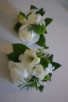 mother of the bride corsage ideas | Mothers cream & white spring corsages