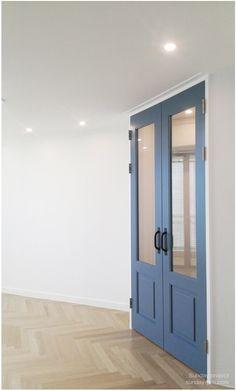 ::[20평대 아파트 인테리어] 헤링본 마루로 꾸민 20평대 아파트 인테리어. 작은평수에도 작 어울리는 프라하 오크 헤링본 Home And Living, Armoire, Tall Cabinet Storage, Sweet Home, Doors, Interior, Furniture, Design, Home Decor