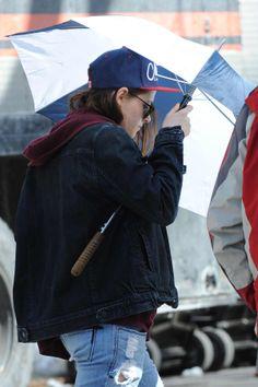 Kristen Stewart retornou aos sets há poucos dias e está em New York gravando cenas de seu novo trabalho, o drama Still Alice. A atriz foi fotografada circulando por lá, ontem (06):