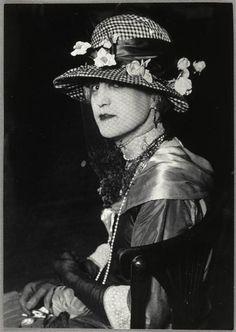 """La duchesse de Zoé * au bal des invertis du """"Magic-City"""", c.1930."""