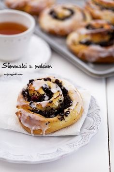 Snails with poppy seeds and strawberry jam