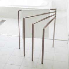 才色兼備!シンプルモダンで軽量なアルミ製の扇形タオルハンガー。ルームウェアやストール等のちょっと掛けにも便利です。畳めばわずか3センチに!バスタオルも余裕でかけられる、ワイドタイプです。
