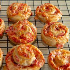 Pizzasnurrer med skinke Doughnut, Pizza, Baking, Desserts, Tailgate Desserts, Deserts, Bakken, Backen, Dessert