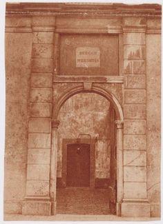 Achter deze achttiende-eeuwse poort gaat een poortje schuil dat zich ooit in de noordelijke zijmuur van de kapel van het klooster Mariënhof bevond. Deze kapel is eind negentiende eeuw afgebroken; in 1914 werd er een gereformeerde kerk voor in de plaats gebouwd. Bijzonderheden: Het voorste gebouw aan de Kleine Haag heeft nummer 23, daarachter ligt  nummer 25. Bron: Archief Eemland