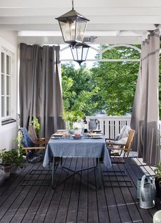 Veranda, pool och trädgård – se stilsäkra lägenheten med villakänsla
