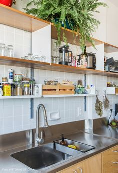 Cozinha estreita com bancada de inox, azulejos brancos e nichos com utensílios. Rustic Kitchen, Diy Kitchen, Kitchen Decor, Kitchen Cabinets, Interior Design Kitchen, Interior Design Living Room, Interior Ideas, Small Kitchen Furniture, Cocina Diy