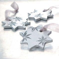 Ornement de céramique avec anis étoilé par JewelryByMondaen sur Etsy, $18.00