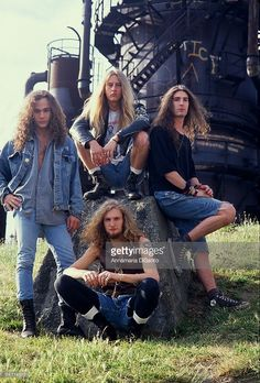 Bassist Mike Starr, singer Layne Staley , guitarist Jerry Cantrell and drummer Sean Kinney of Alice in Chains pose during their official first record company photo session in Layne Staley was. Get premium, high resolution news photos at Getty Images Grunge Goth, Soft Grunge, Grunge Style, 1990s Grunge, Alice In Chains, Grunge Winter Outfits, Glam Rock, Heavy Metal, Chris Cornell