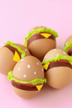 DIY Burger Easter Eggs | studiodiy.com Easter Egg Crafts, Painted Eggs Easter, Funny Easter Eggs, Hoppy Easter, Cool Easter Eggs, Decorating Easter Eggs, Egg Decorating, Easter Egg Competition Ideas, Hamburger Egg