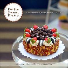 Chocolate miniatura Almond Cake con Oreo y Fresas Imán Topping - en forma redonda - Faux - Miniatura Dollhouse - Petite dulce de Deco