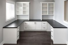 White home office with black countertop. – Home office design layout Home Office Space, Home Office Design, Home Office Furniture, Home Office Decor, Home Office Layouts, Office Designs, Library Design, Black Furniture, Furniture Layout