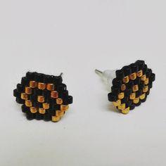 Aretes de chips -tejido de abalorios miyuki color de oro, negro -forma hexagonal, diseño en espiral -Apoyo plata -tamaño de 1,5 cm Nuevo en bolsa expedición bajo carta de la burbuja de prioridad retardo de envío dos días (lunes al viernes)
