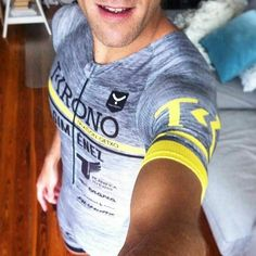 #Repost @jorditri76  Perché la classe non è acqua!! Complimenti @jorditri76 per questo stile super elegante!! #T605 #trisuit #tristyle  Mono de Larga Distancia del club #tkrono triatlón de Getxo. En breve llegará todo chavales.Paciencia! Gracias @taymory  #equipacion #triatlon #triathlon #getxo #planificatuexito #manaracingwheels #medikalbike #fit4bike #sunnto
