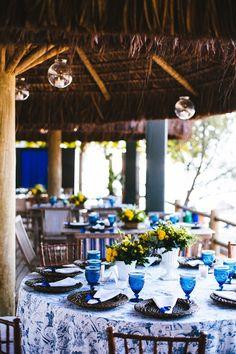 Casamento na praia: decoração rústico-chique em azul e amarelo