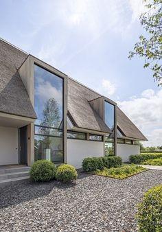 Rietgedekte witte villa, Veessen - Metaglas #dreamhouse #droomhuis #rietgedekt #landhuis #ideeën #architectuur #bouwen #bouwplannen #nieuwbouw