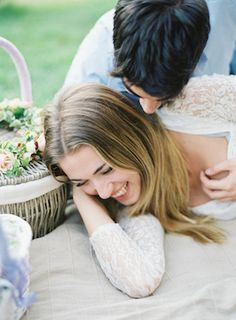 Romantic picnic engagement | Matthew Ree Photography | see more on: http://burnettsboards.com/2014/10/playful-florentine-engagement/