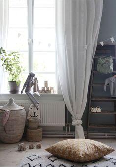 Vissa saker tar sin tid tydligen, som att få upp gardinerna i Hollies rum, sisådär 2 år tog de. Gardiner gör så mycket för ett rum, i vissa rum väljer jag bort de helt men i ett barnrum tycker jag…