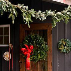 Déco Noël porte d'entrée bois branches sapin