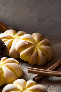 These easy pumpkin bread rolls are made with roasted pumpkin puree and oregano. So impressive and perfect for Fall (step by step photos) Canned Pumpkin, Pumpkin Bread, Pumpkin Puree, Pumpkin Rolls, Bowl Of Soup, Halloween Food For Party, Pumpkin Dessert, Bread Rolls, Pumpkin Recipes