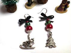 Bijoux pour Noël Boucles d'oreille avec un sapin décoré et un traîneau argenté : Boucles d'oreille par milaekem-bijoux