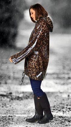 Vinyl Raincoat, Pvc Raincoat, Hooded Raincoat, Clear Raincoat, Puch Maxi, Cool Outfits, Summer Outfits, Vinyl Clothing, Rainy Day Fashion